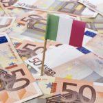 Euro in banconota con sopra una bandierina italiana