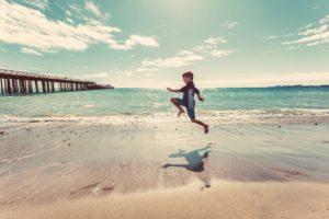bambino corre su riva del mare