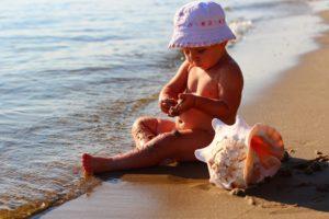 bambino gioca su riva del mare