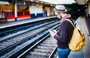 viaggiatore che aspetta il treno