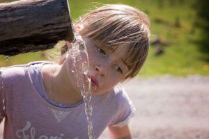 bambina che beve acqua da fontanella
