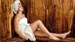 donna in una sauna