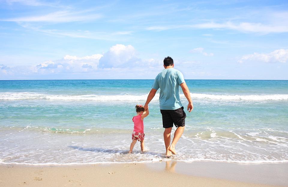 padre e figlia al mare