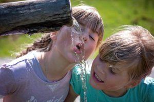 bambine che bevono acqua
