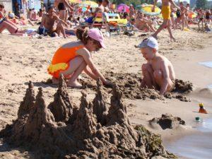 bambini giocano sulla spiaggia