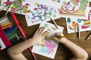 bambino colora a scuola