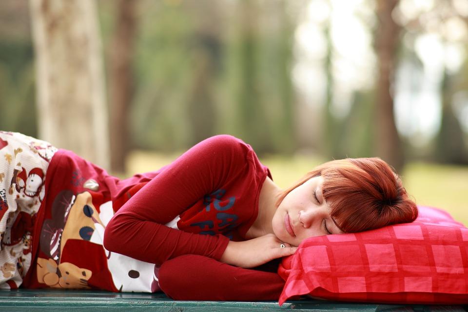 ragazza che dorme all'aperto