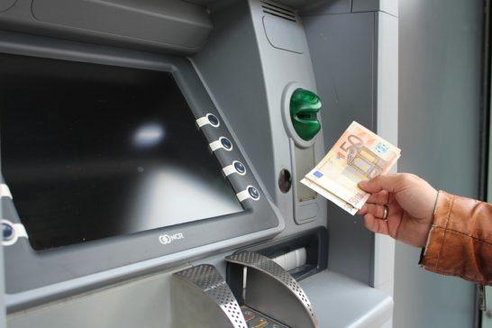 Furto del bancomat lasciato in auto chiusa, il risparmiatore ha diritto al rimborso