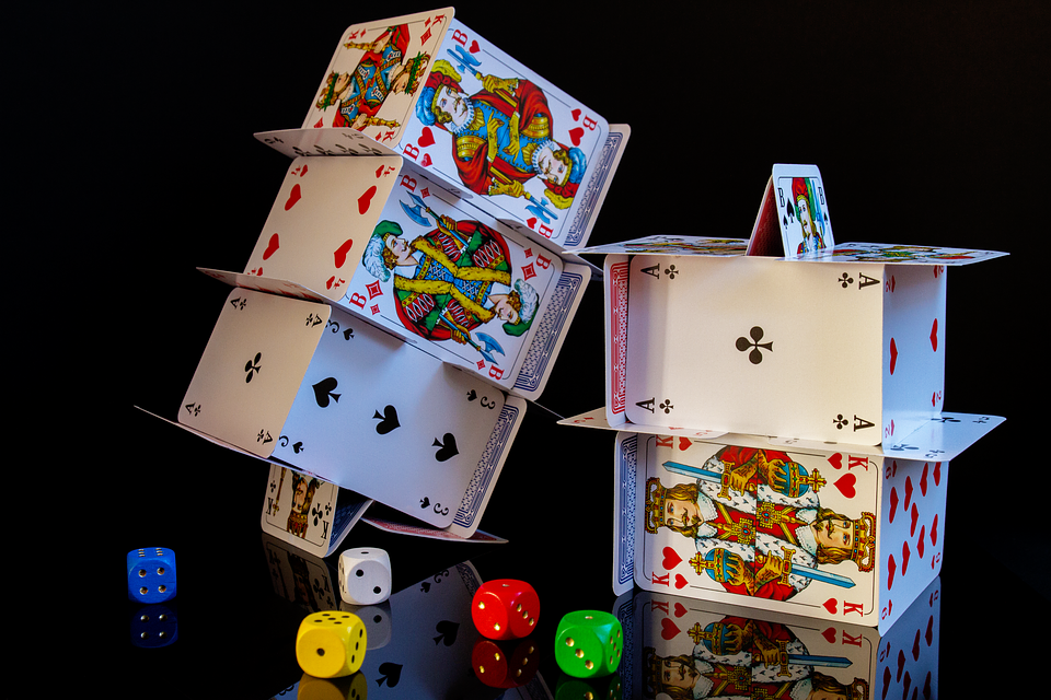 carte e dadi gioco d'azzardo