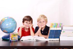 bambini mappamondo e libri