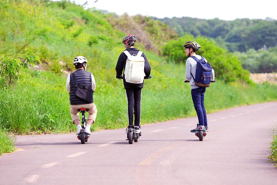 tre persone in bici