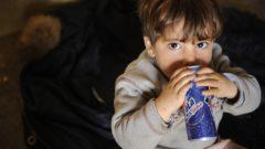 bambino che beve soft drinks