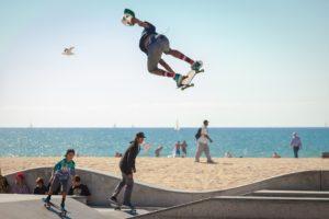 giovani che fanno skate