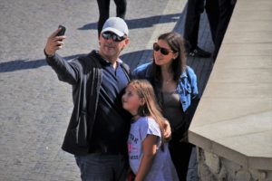 famiglia si fa un selfie