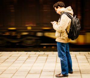 ragazzo in attesa alla fermata