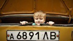 bambino e auto vintage