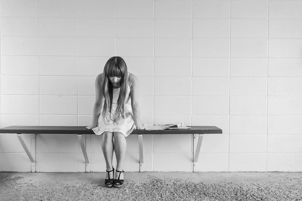 ragazza sola triste