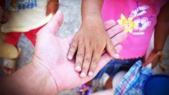 mani che si toccano