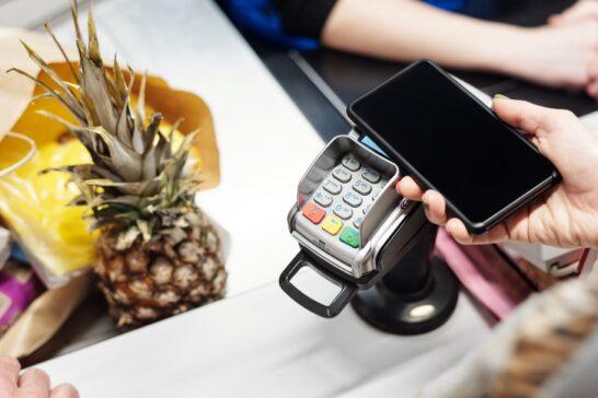 Acquisti, cresce l'e-commerce e aumentano i pagamenti contactless