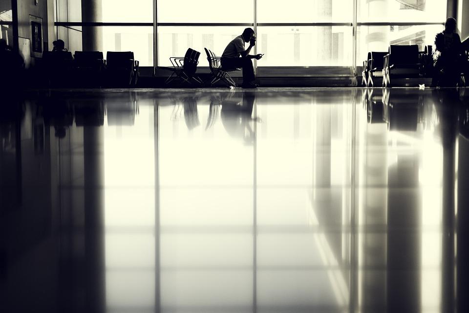 aeroporto passeggero in attesa