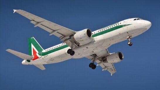 Alitalia, MDC: rimborsi in ritardo, no al numero a pagamento per l'uso dei voucher