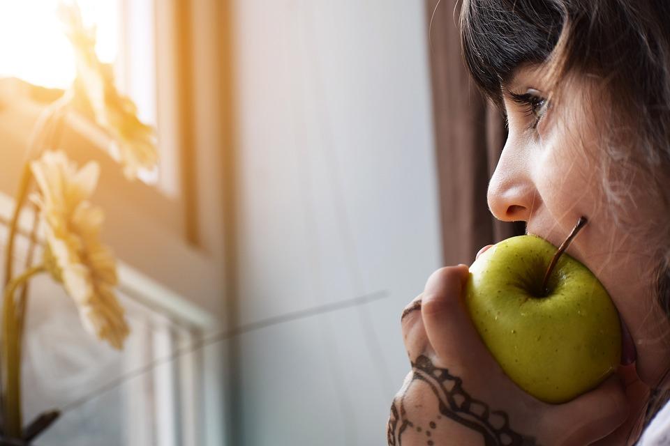 bambina mangia mela