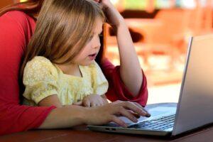 didattica online bambina al pc
