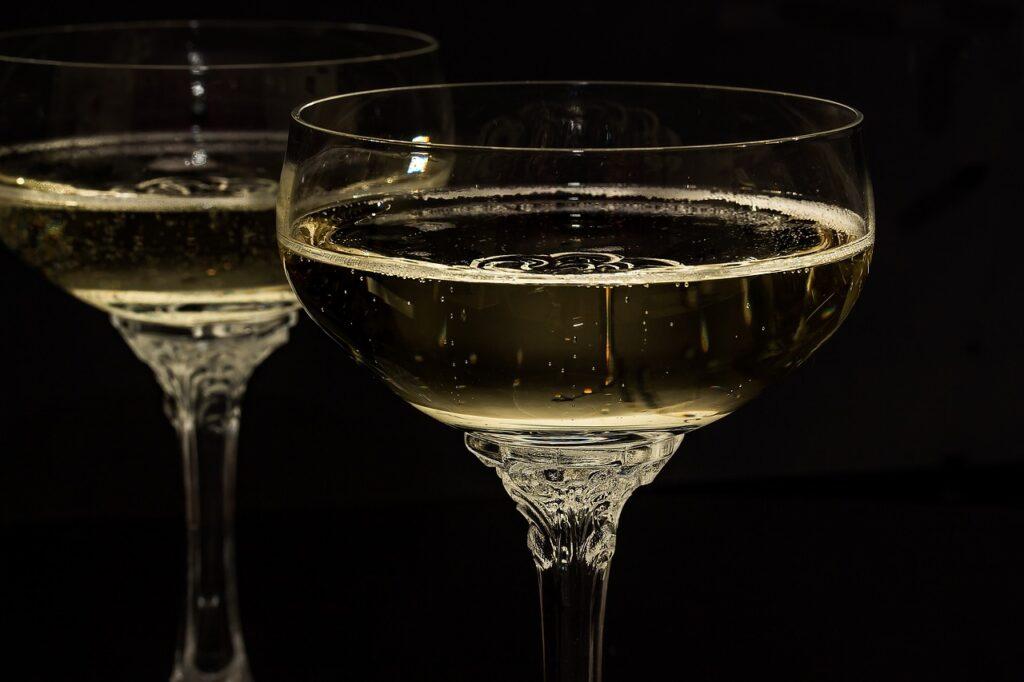 Contraffazione, sequestrati 1400 litri tra champagne, olio e alcool etilico